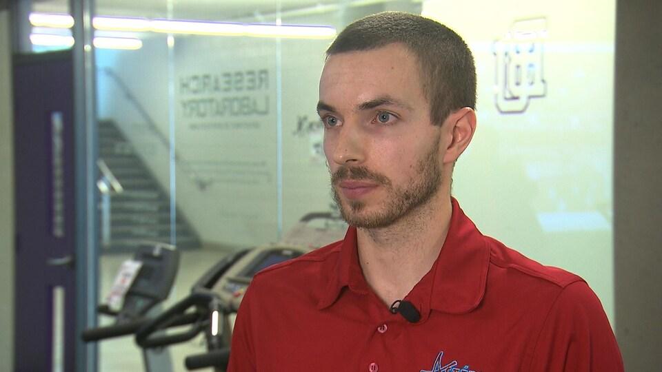 L'entraîneur de basketball accorde une entrevue à un journaliste de Radio-Canada.