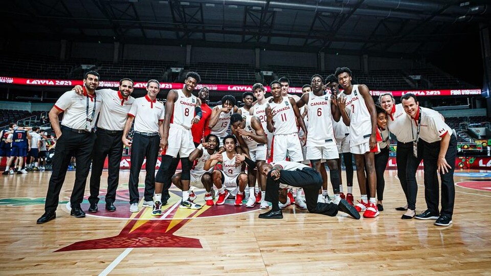 Photo d'équipe après une victoire.