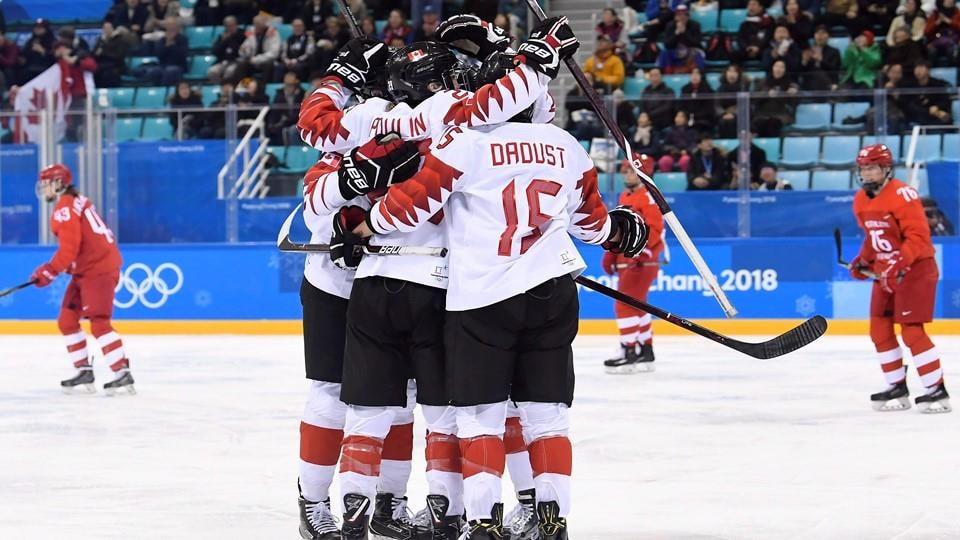 Les Canadiennes marquent un deuxième but contre les athlètes olympiques de Russie.