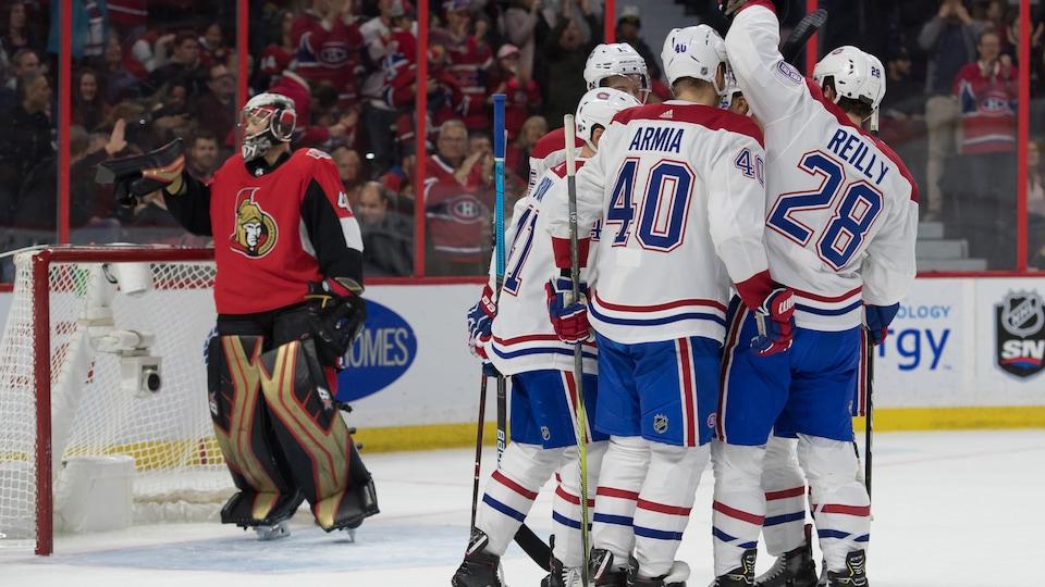 Les joueurs du Canadien se félicitent après un but contre les Sénateurs.