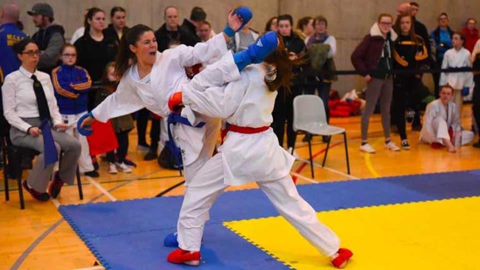 Caradh O'Donovan donne un coup de pied pendant un combat.