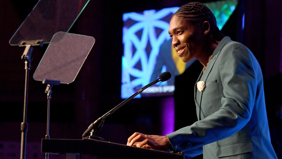 Caster Semenya donne un discours lors du gala de l'organisme Women in Sports le 17 octobre 2018 à New York.