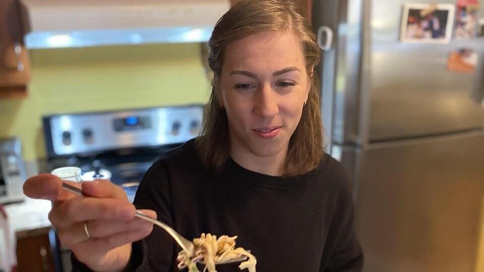 Catherine Beauchemin-Pinard lève une fourchette pleine de pâtes.