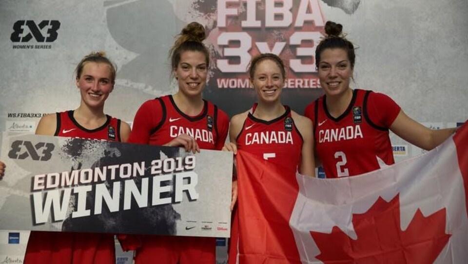 Elles célèbrent leur victoire avec le drapeau du Canada.