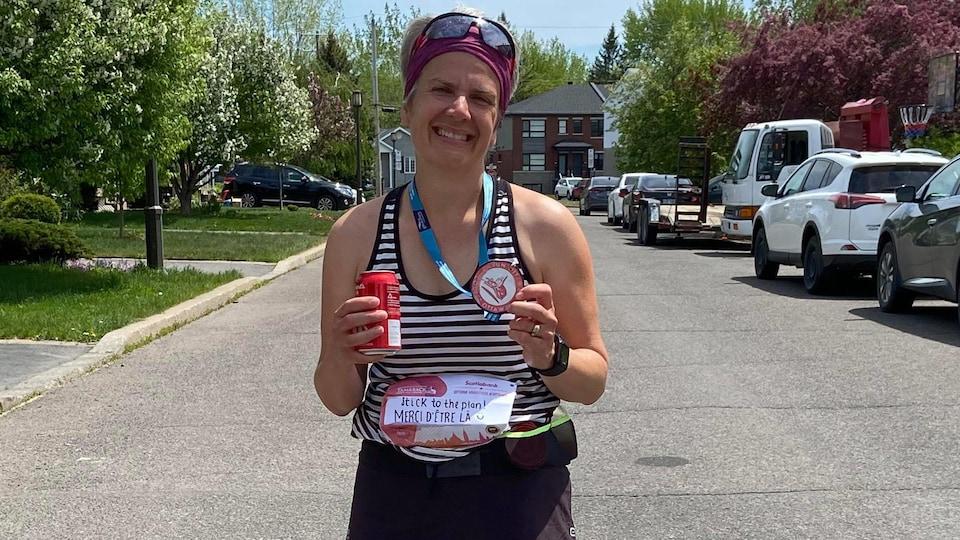 Cathy Chabot pose fièrement après avoir réussi son  marathon.