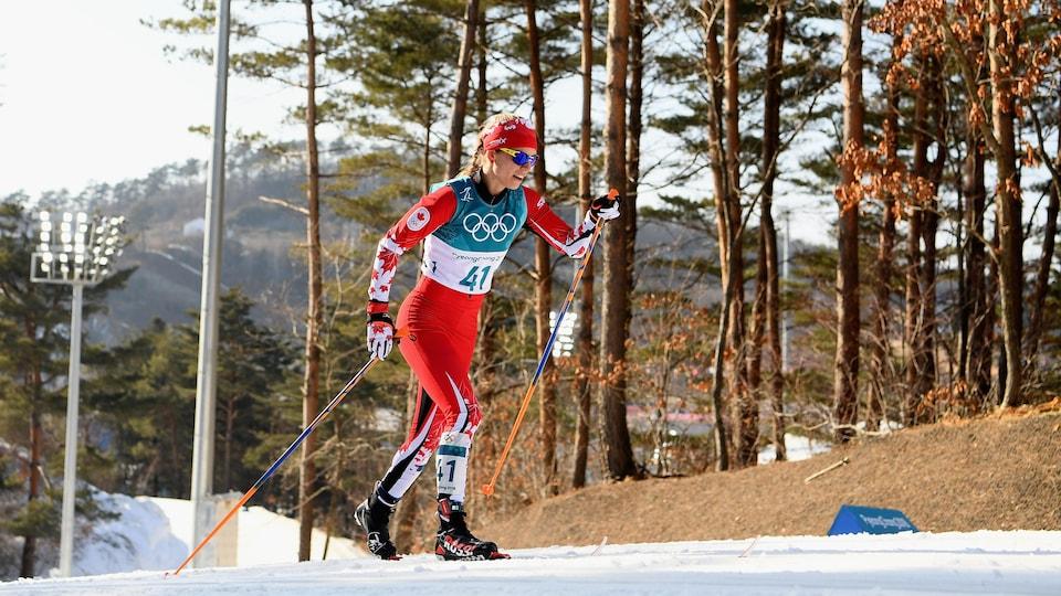 La fondeuse  Cendrine Browne en action lors d'une montée aux Jeux olympiques de Pyeongchang, en 2018.
