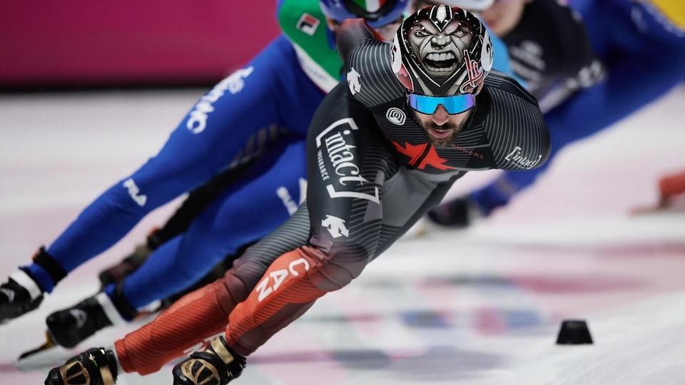 Il patine en tête pendant une 1500 m.