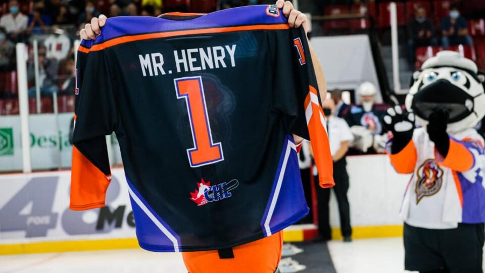 Un chandail des Olympiques où il est écrit à l'arrière «Mr. Henry», avec le numéro 1.