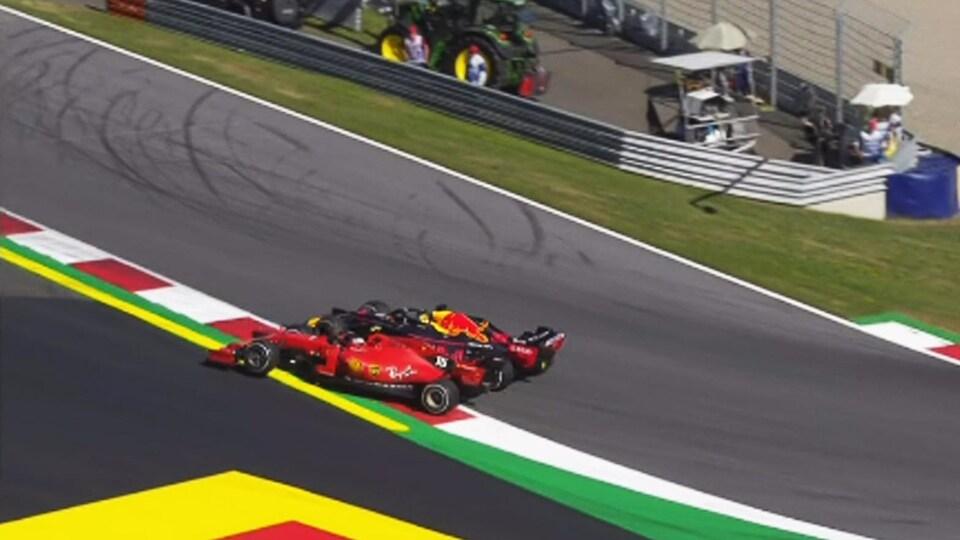 Charles Leclerc (Ferrari) et Max Verstappen (Red Bull) dans le virage no 3 en Autriche