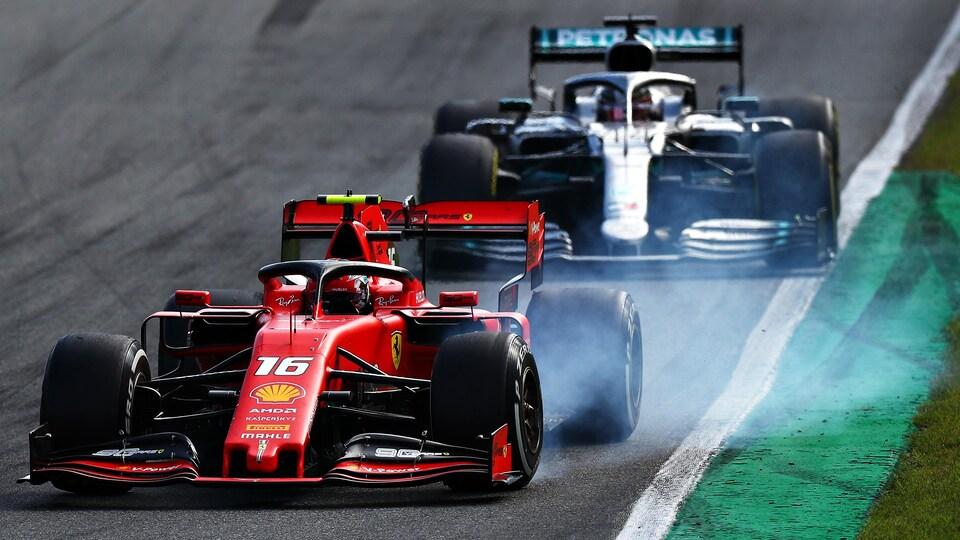 Charles Leclerc (en avant-plan) résiste tant bien que mal à Lewis Hamilton pendant le Grand prix d'Italie, à Monza.