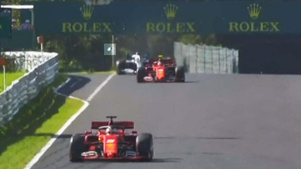 Lewis Hamilton a perdu un rétroviseur (souligné en clair) à Suzuka quand un morceau de la Ferrari de Charles Leclerc s'est détaché au deuxième tour.