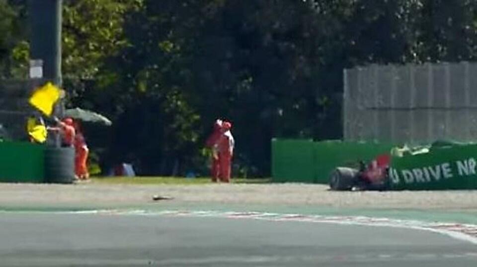 La Ferrari de Charles Leclerc s'est encastrée dans les pneus de protection à Monza.