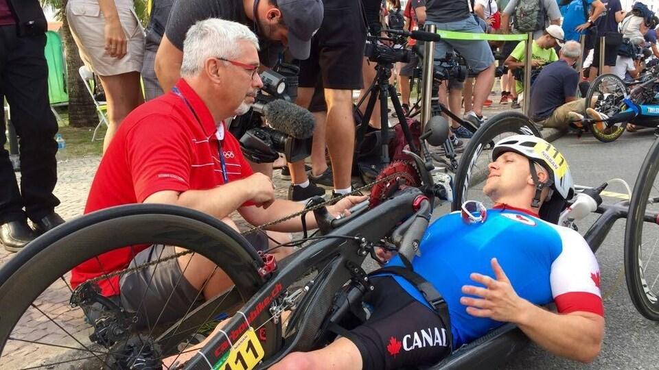 Encore étendu sur son vélo à main, le paracycliste Charles Moreau accorde une entrevue immédiatement après le contre-la-montre aux Jeux paralympiques de Rio en 2016.