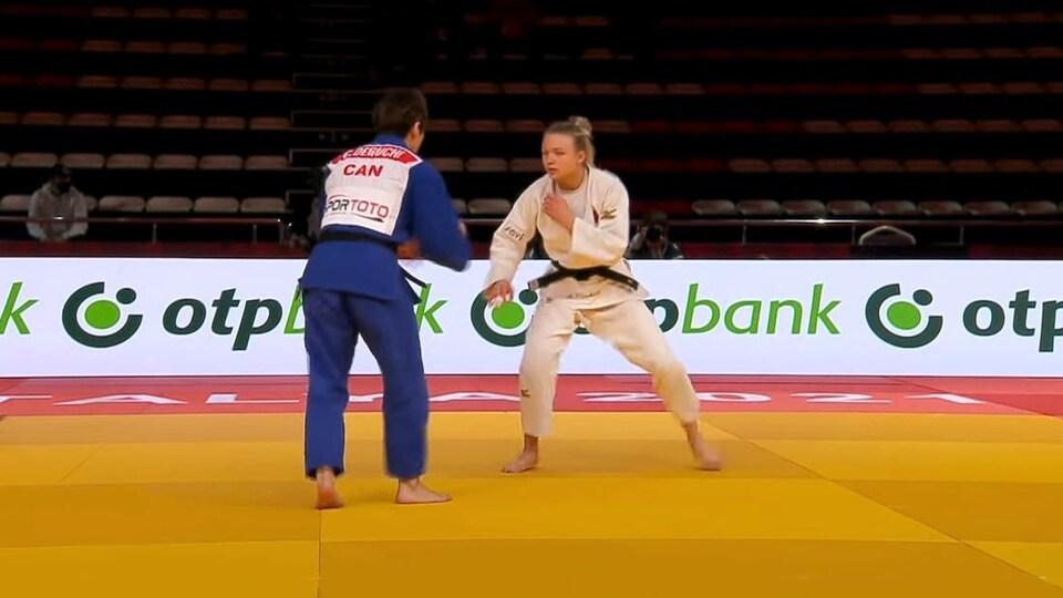 Christa Deguchi (de dos, en bleu) face à Jessica Klimkait