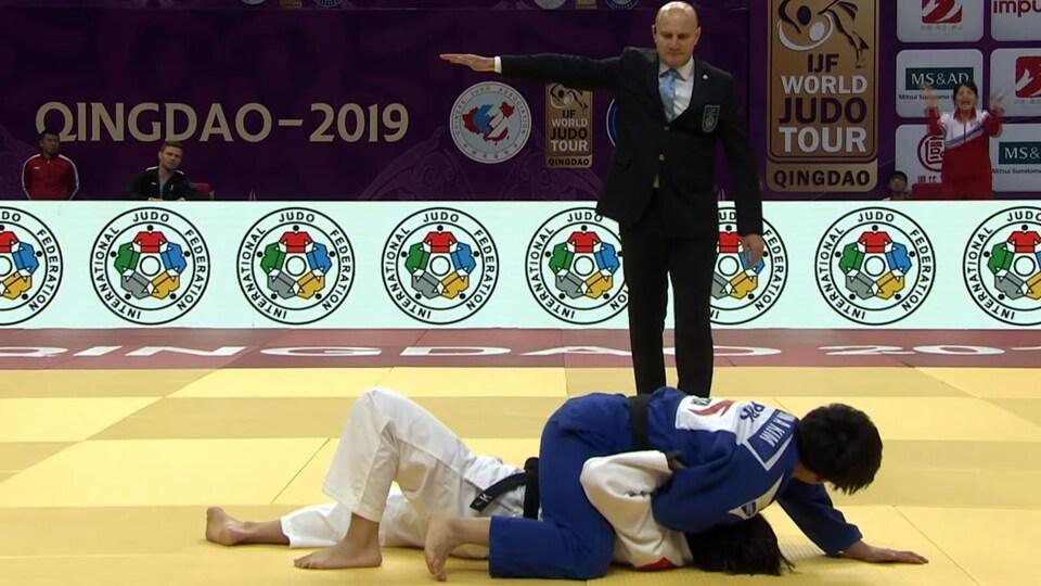 Christa Deguchi (en blanc) perd son combat de premier tour en golden score (prolongation) au Masters de Qingdao, par waza-ari.