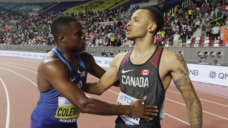 Les deux sprinteurs se félicitent après la course, sur la piste.