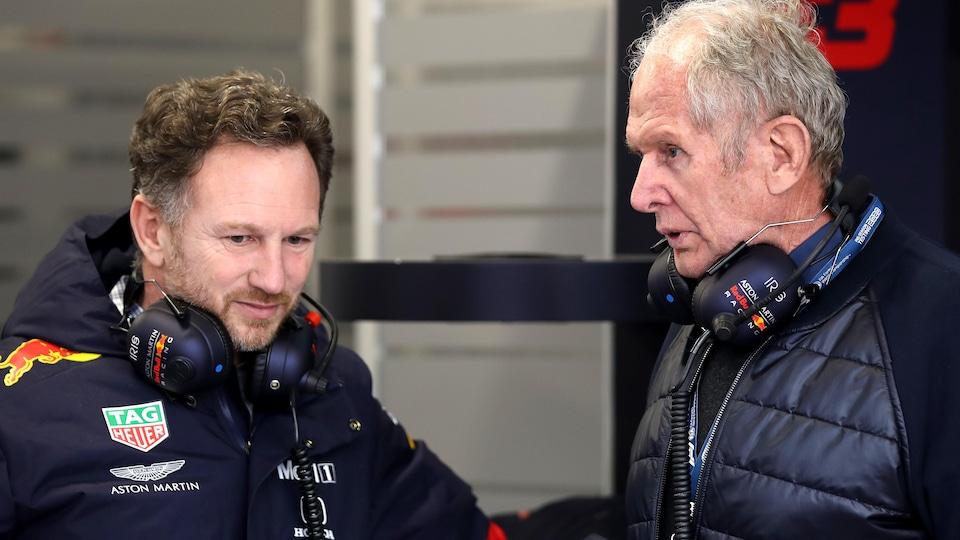 Ils jasent dans le garage de l'équipe Red Bull.