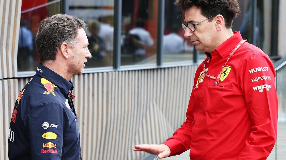 Le patron de l'équipe Red Bull Christian Horner (à gauche) et Mattia Binotto, directeur sportif de Ferrari, discutent.