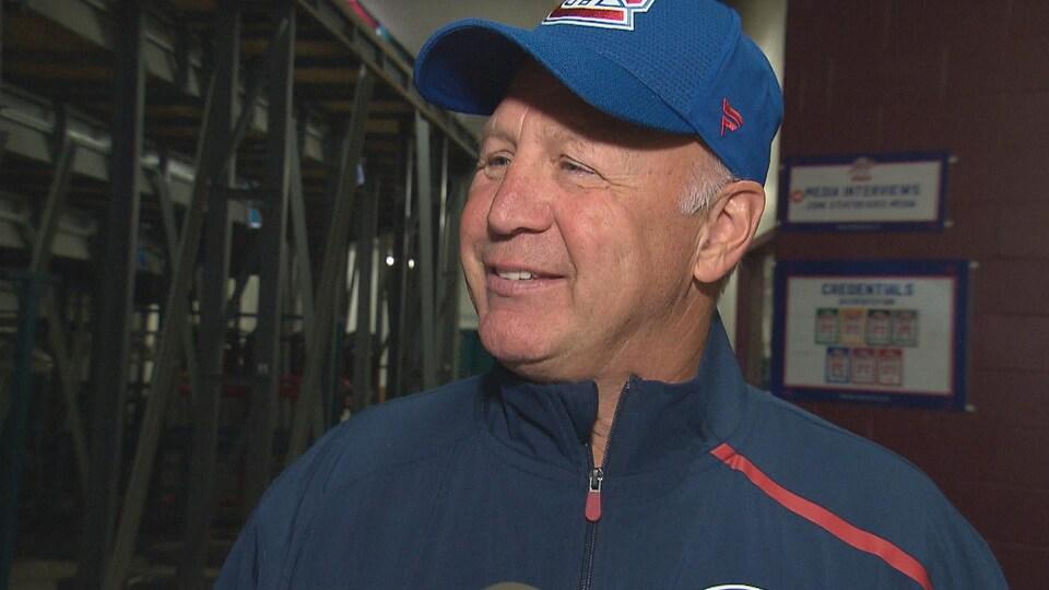 L'entraîneur-chef sourit en entrevue. Il porte sa casquette du Canadien.