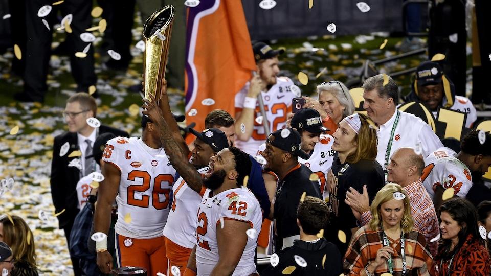 Les Tigers de l'Université Clemson célèbrent leur victoire.