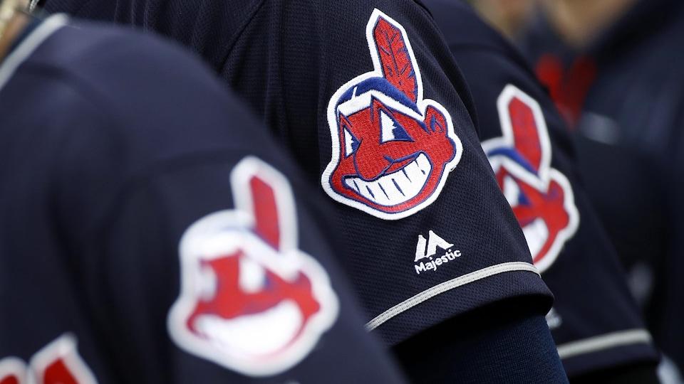 Le logo des Indians de Cleveland sur une manche de chandail