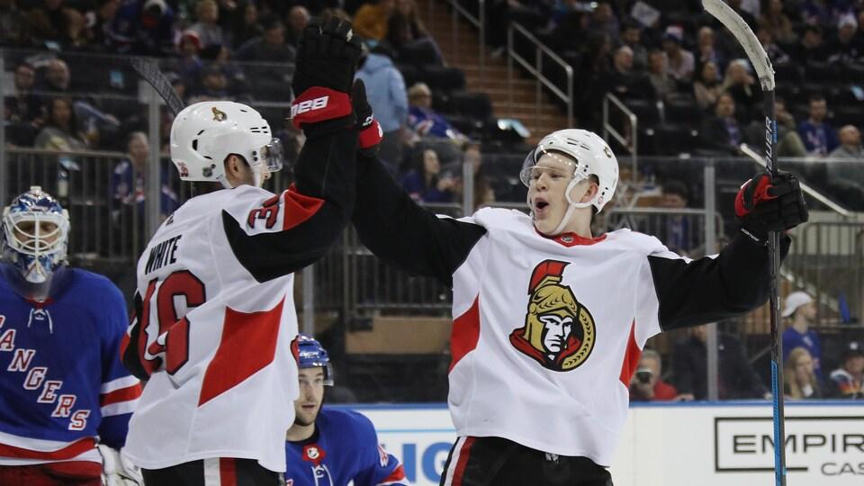 Colin White (à gauche) et Brady Tkachuk