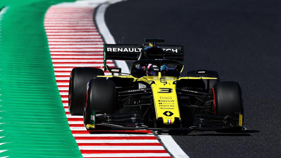 La Renault de Daniel Ricciardo roule sur le vibreur d'un circuit.