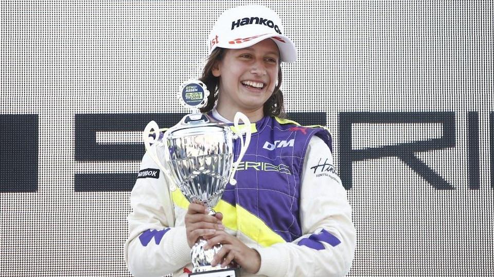 La Canadienne Megan Gilkes sourit avec son trophée sur le podium de la course hors-championnat de la W Series à Assen aux Pays-Bas le 21 juillet 2019.