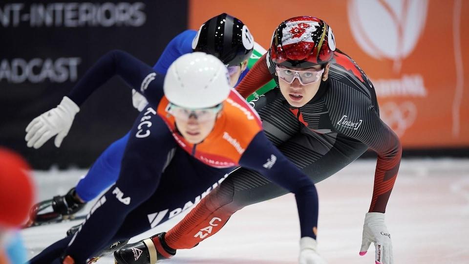 Trois patineuses de vitesse en pleine action