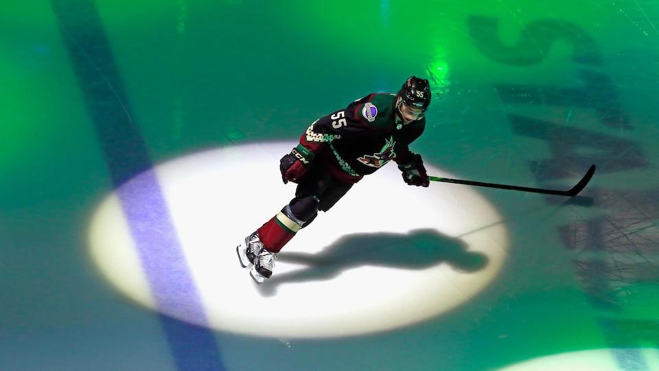 Suivi par un projecteur, il patine.