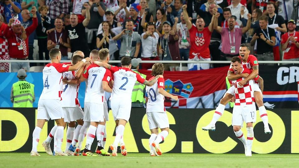 Dejan Lovren saute sur le dos de Mario Mandzukic après le premier but croate.