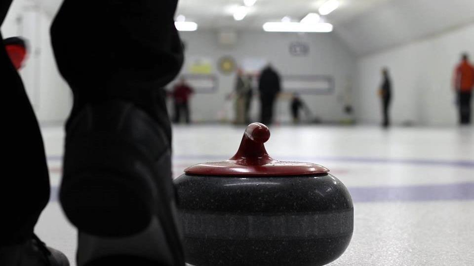 Pierre de curling immobile sur la glace