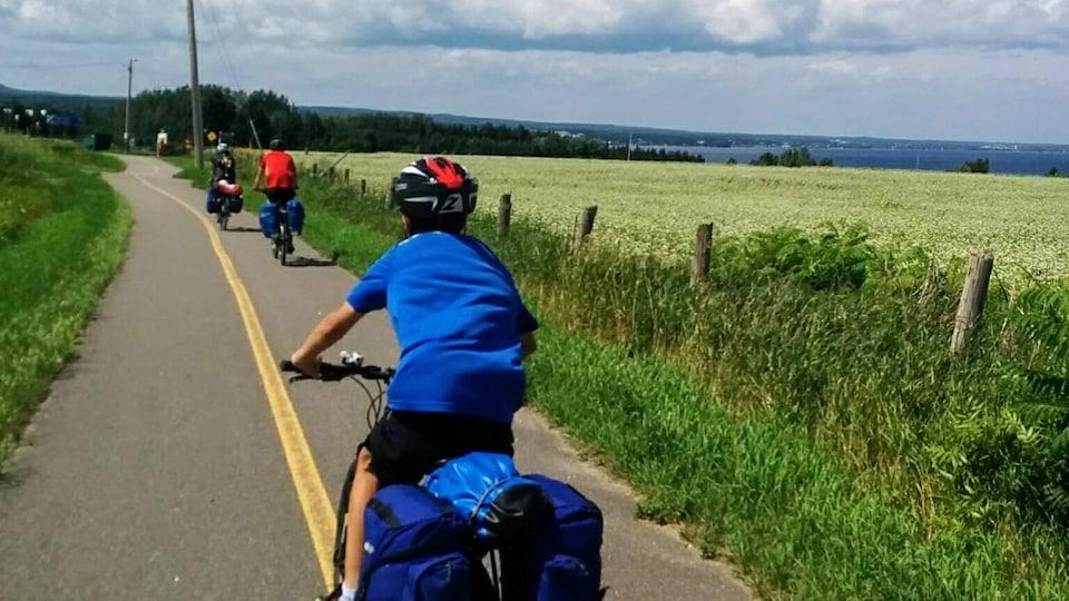 Des cyclistes sur une route en pleine campagne.
