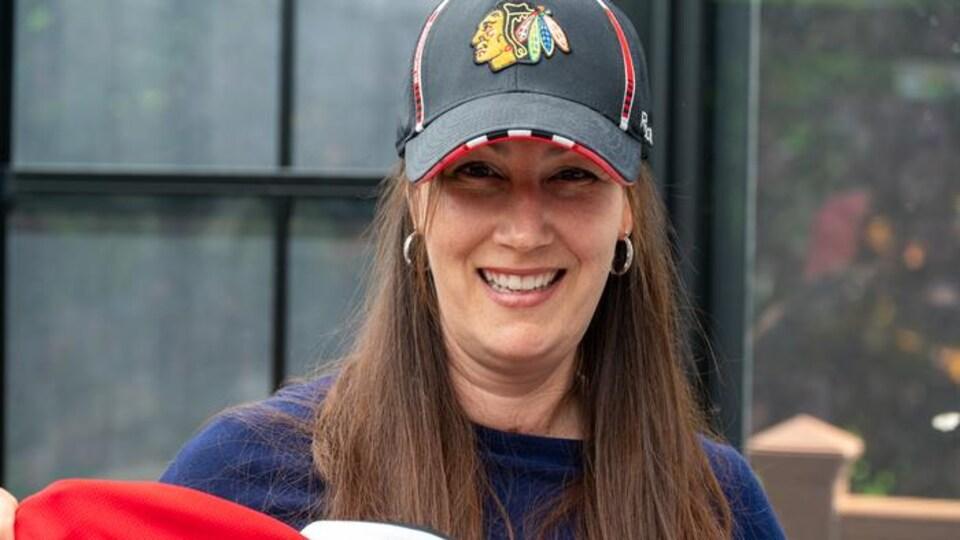 Femme avec casquette.