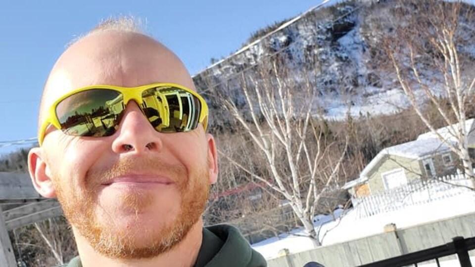 Daniel Charest en gros plan devant le mont Sugarloaf