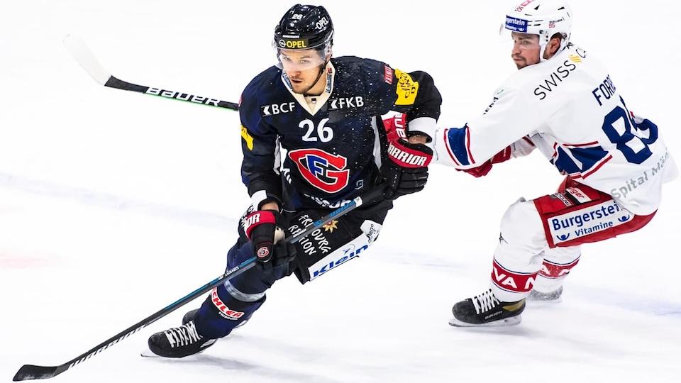 Un joueur de hockey déjoue un adversaire pendant une partie.