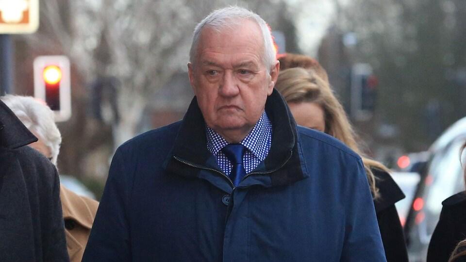 L'ancien responsable de la police britannique David Duckenfield, aujourd'hui retraité, arrive au palais de justice.