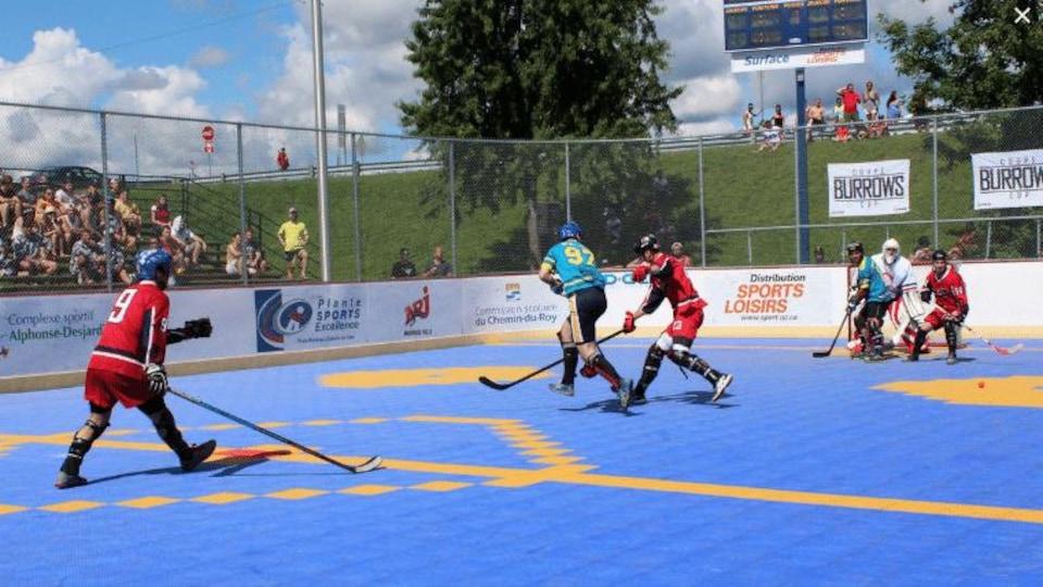 Des joueurs participent à un match de hockey-balle.