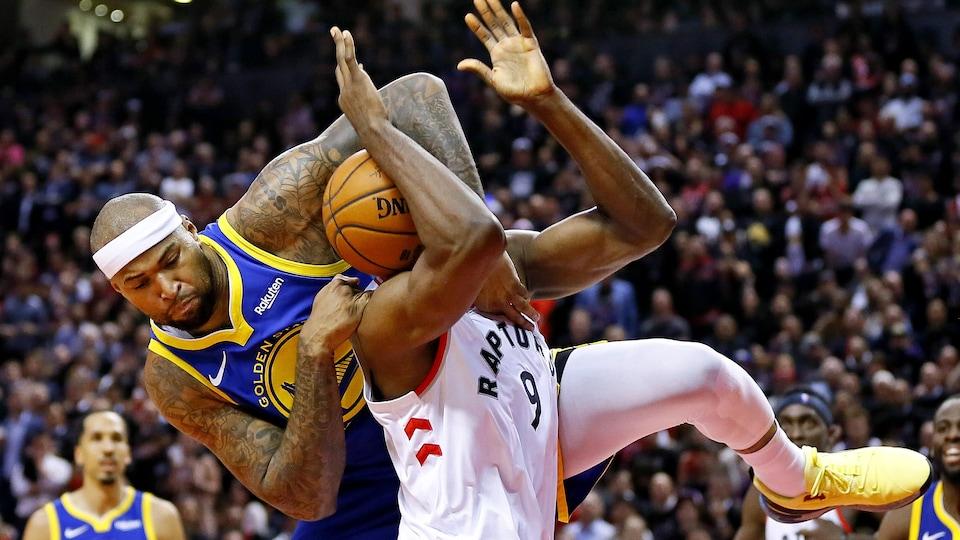 Il passe son bras gauche sur le visage de son adversaire.