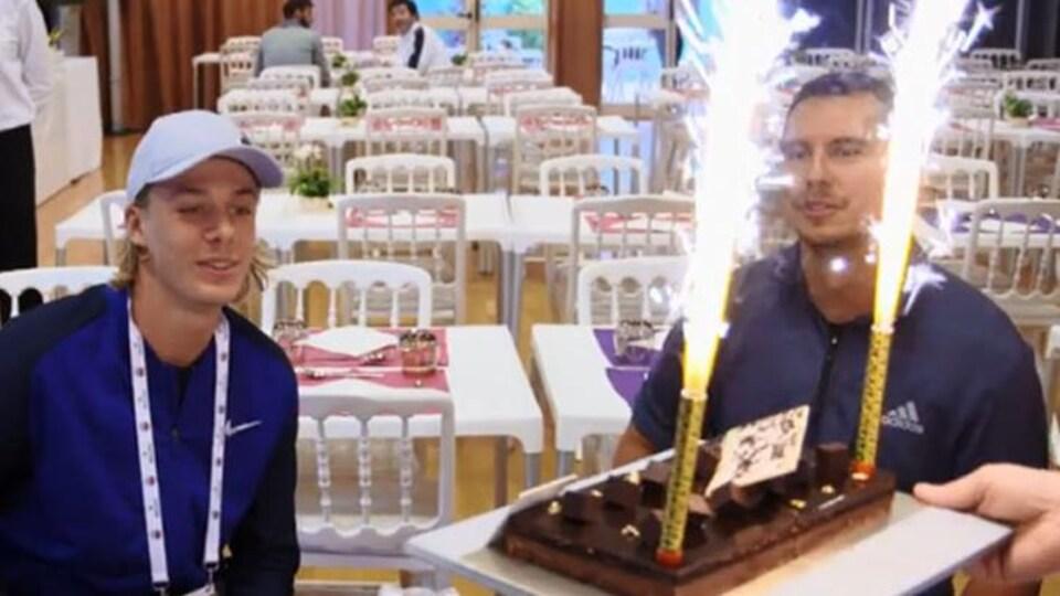 Denis Shapovalov reçoit un gâteau d'anniversaire à Monaco, pour son 19e anniversaire