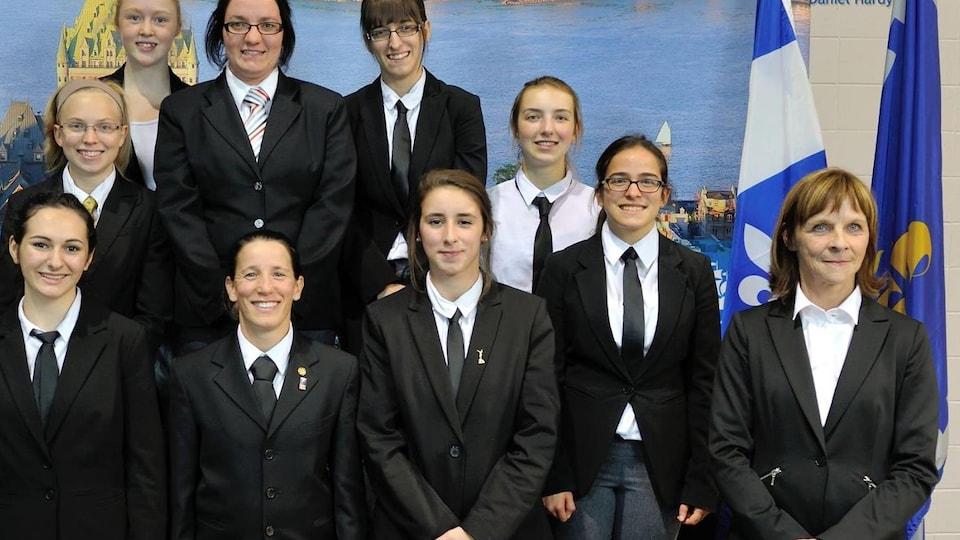 Diane Couture (à droite) devant un groupe de femmes arbitres lors d'un mentorat de Judo Québec