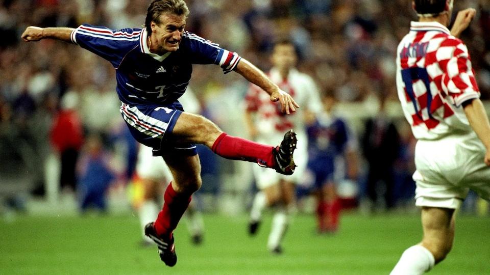 Didier Deschamps tire au but lors d'un match de l'équipe de France pendant la Coupe du monde de 1998.