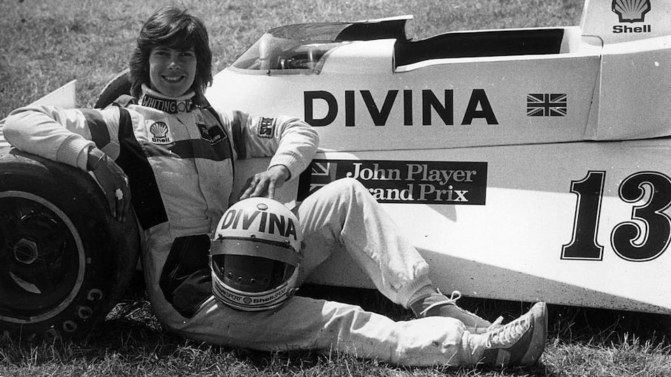 Divina Galica pose devant sa monoplace en 1976.