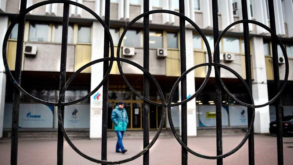 Des anneaux olympiques en métal sur une clôture devant les bureaux du Comité olympique russe.