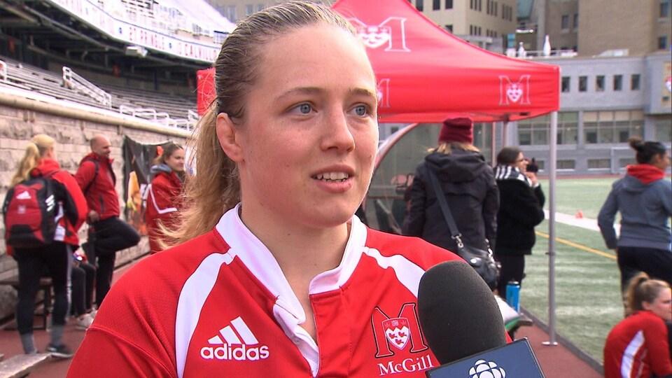 Elle donne une entrevue télévisée à Radio-Canada.