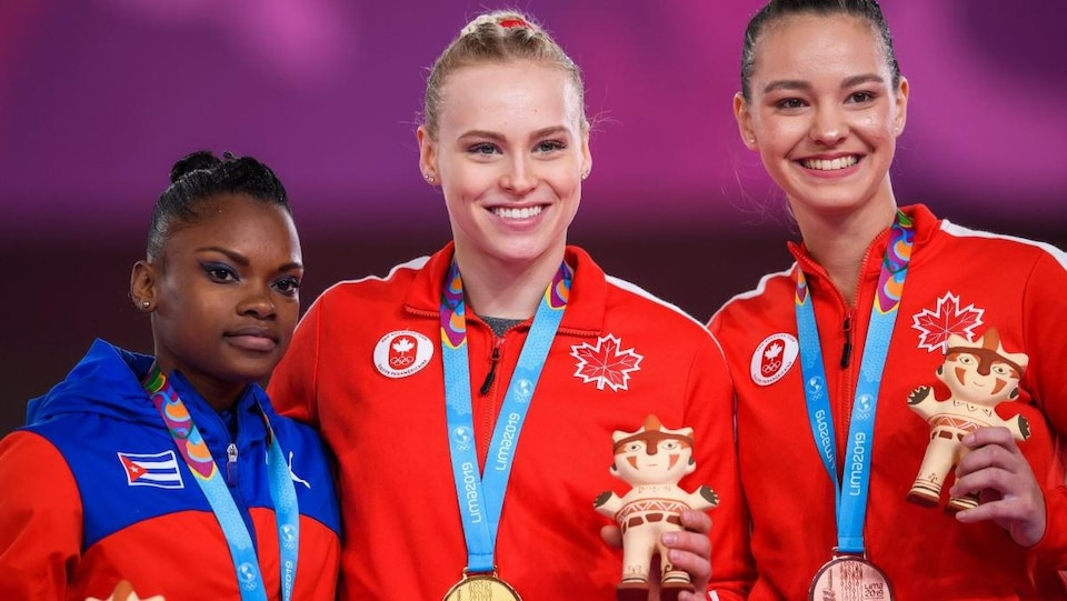 Ellie Black et Shallon Olsen sur le podium aux Jeux panaméricains, à Lima, au Pérou.