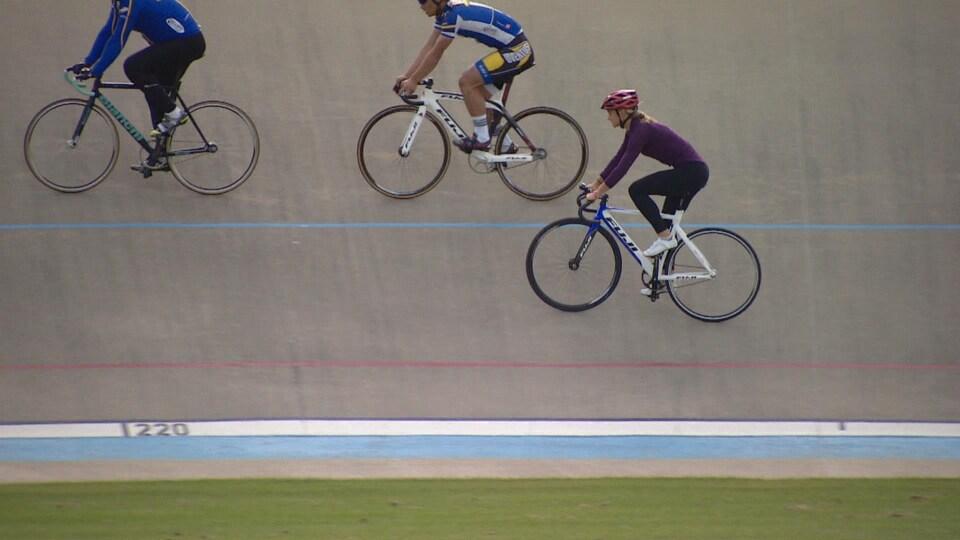 Emma Langstrom participe à un entraînement au vélodrome d'Edmonton.