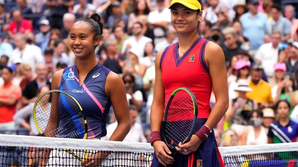 Au filet, les deux femmes sourient pour les caméras avant le duel devant une salle comble.