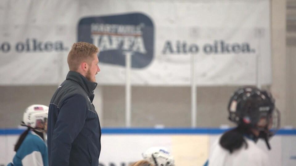 Un entraîneur donne ses directives pendant une séance