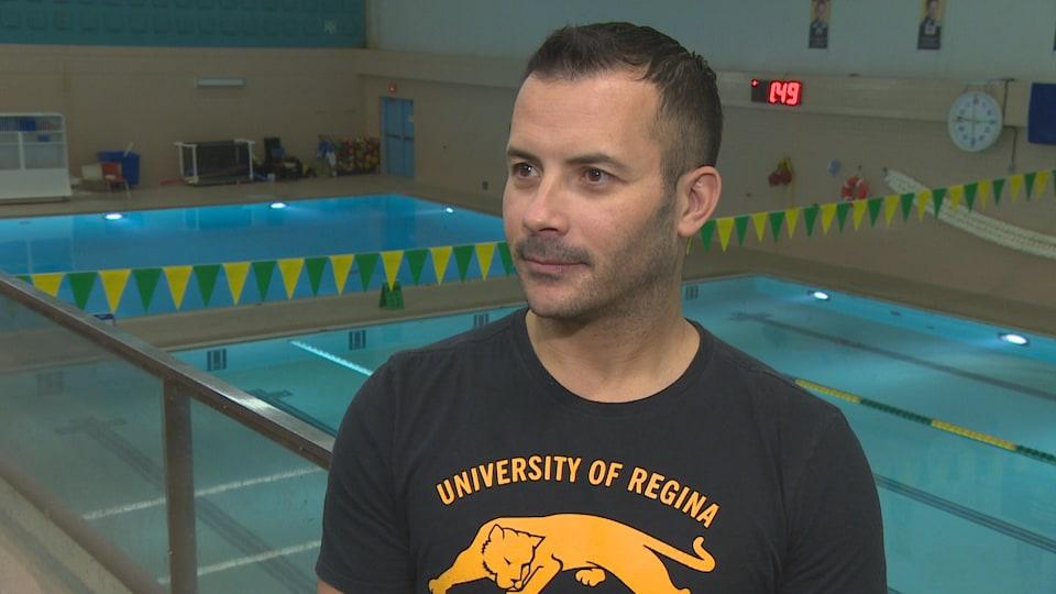 Abderrahmane Tissira en entrevue dans les gradins menant à la piscine des Cougars de l'Université de Regina.